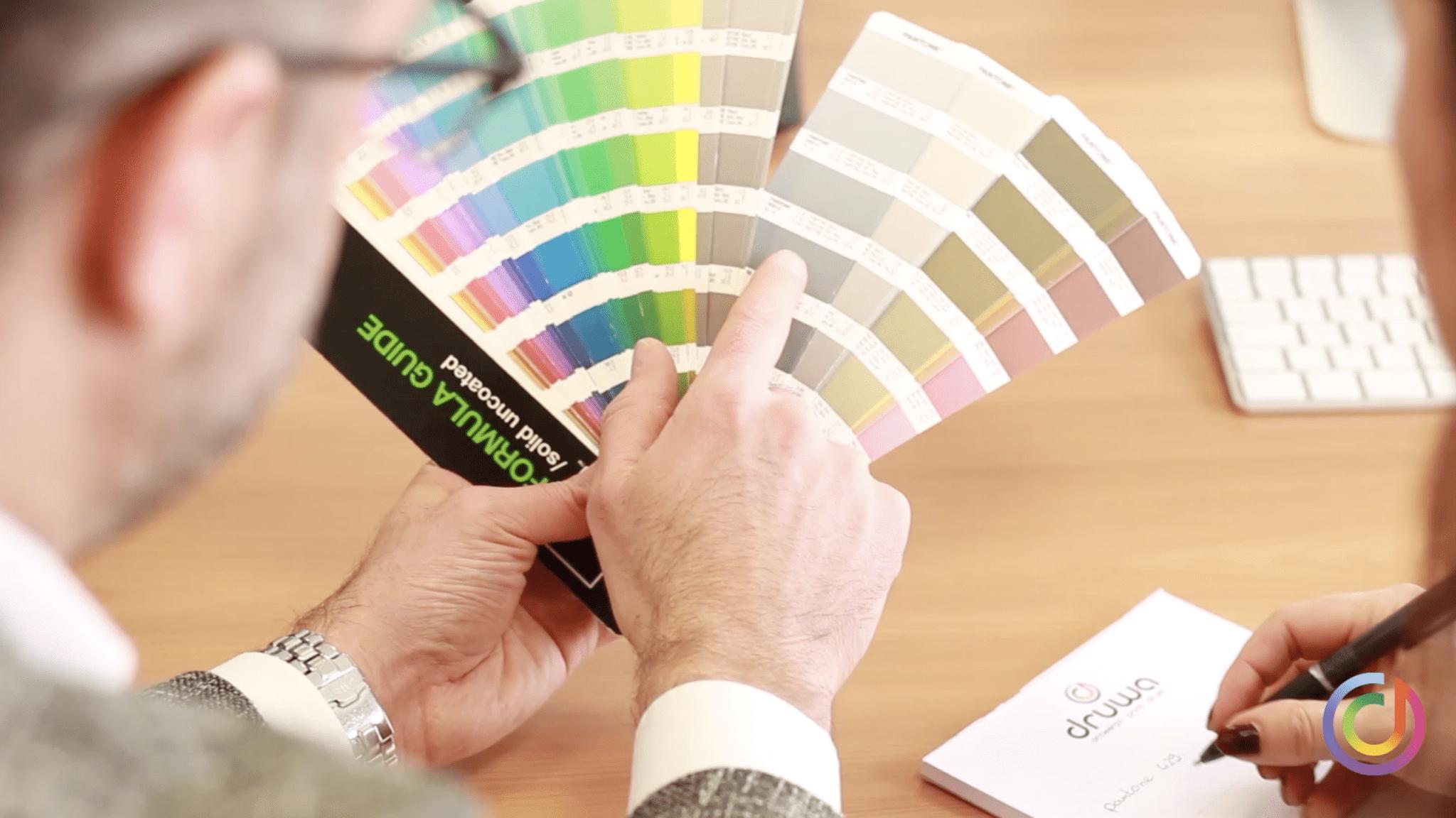 Klant kiest kleur op de kleurenwaaier