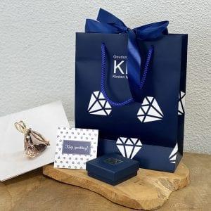 Tasje met logo en satijnen strik